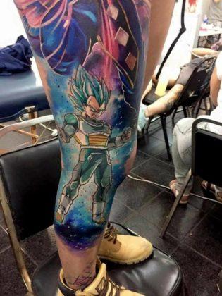 Mulher tatua Vegeta e Beerus na perna 01