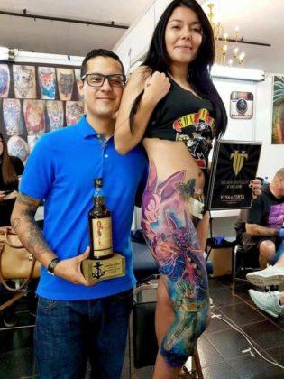 Mulher tatua Vegeta e Beerus na perna 04
