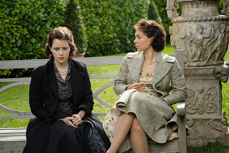 Claire Foy e Vanessa Kirby em The Crown (2016)