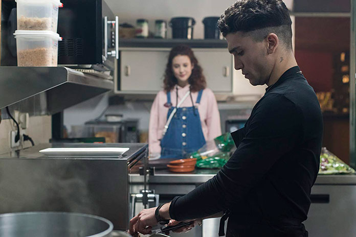 Marina e Nano na série Netflix Elite