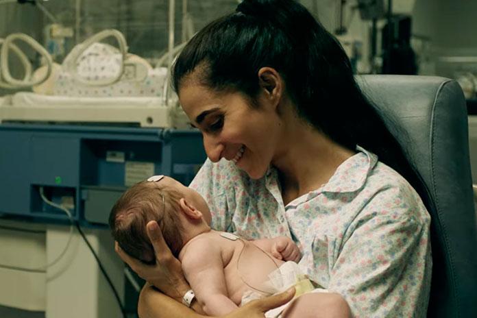 Saray com sua filha no colo em Vis a Vis