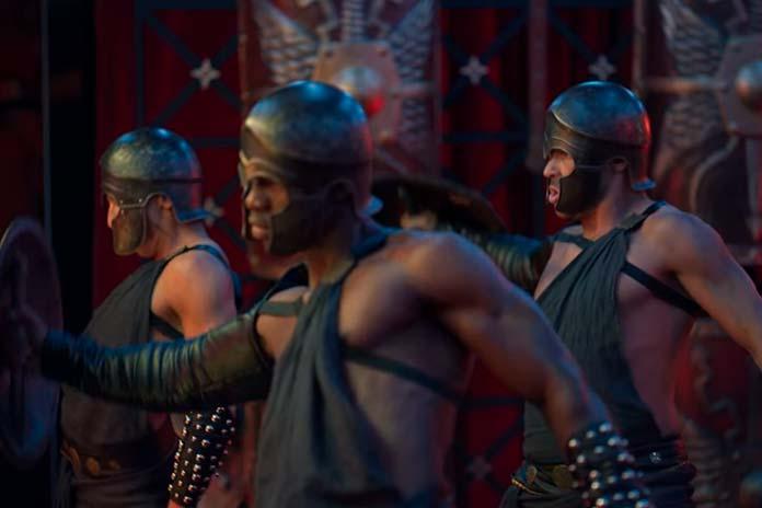 Toy Boys dançando com roupas de gladiadores