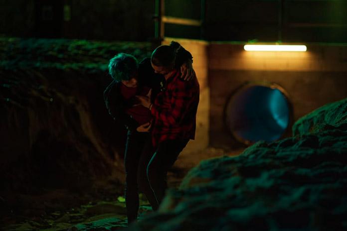 Jairo cuida de Andrea após vê-lo caído na praia, Toy Boy