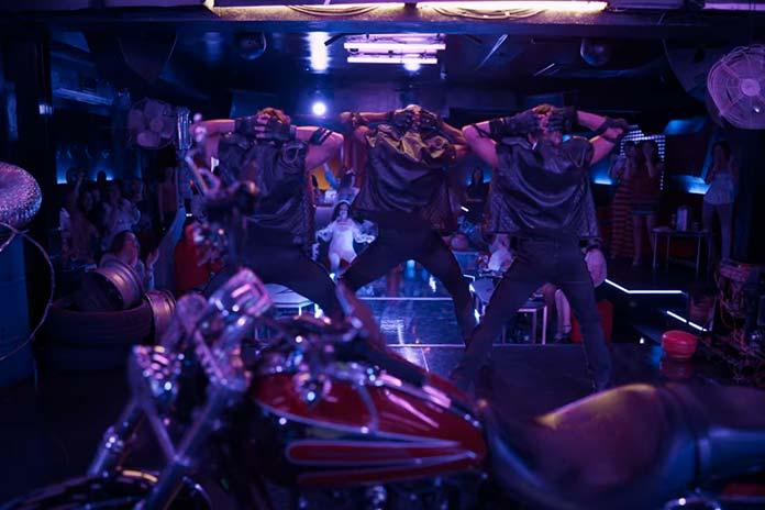 Toy Boys dançando com roupas de motociclistas