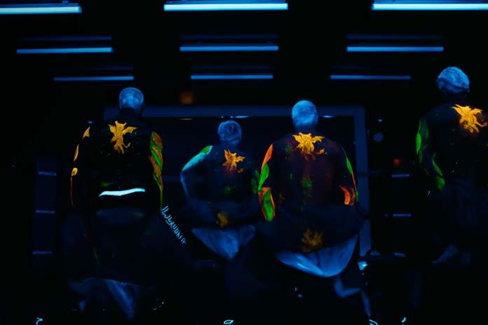 Toy Boys dançando com detalhes em neon