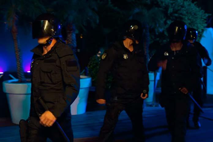 Toy Boys dançando com uniforme policial