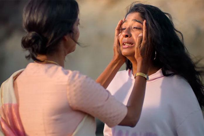 Devi chora ao lado da mãe, em Eu Nunca (Netflix)