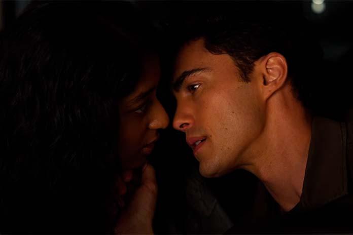 Paxton beija Devi em Eu Nunca (Netflix)
