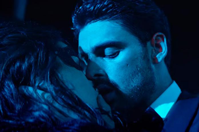 Beijo de Massimo e Laura em 365 dni
